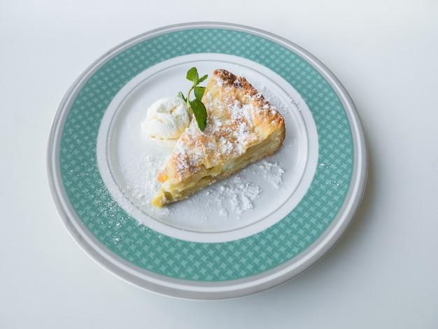 Postre dulce: tarta de manzana con helado en un plato. vista superior.