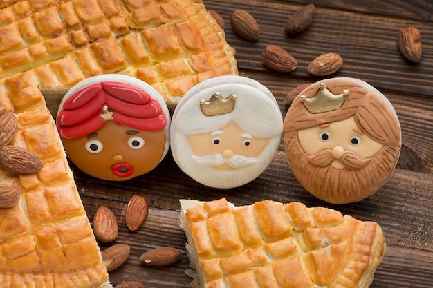 Postre de epifanía con galletas y pastel de almendras
