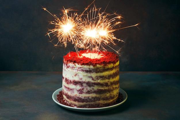 Postre festivo de cumpleaños o pastel de terciopelo de san valentín con fuegos artificiales
