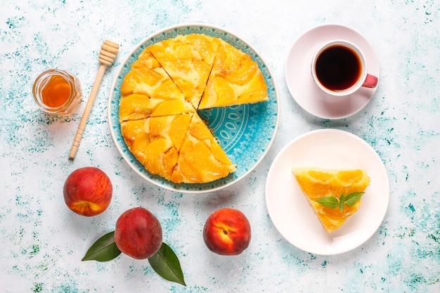 Postre francés delicioso casero tarta tatin con melocotones.