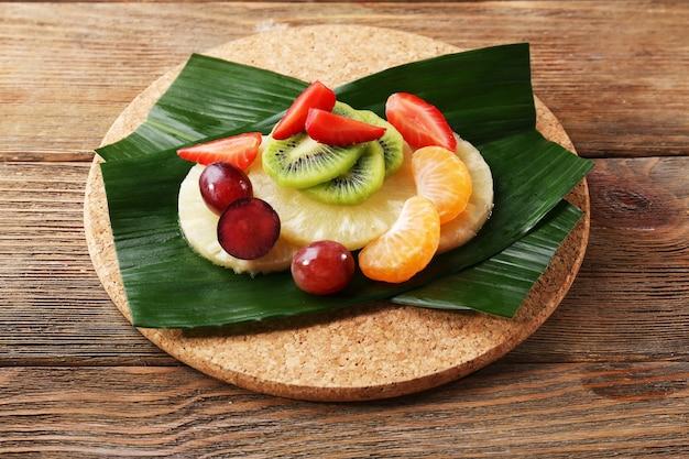 Postre de frutas en hoja verde en la mesa