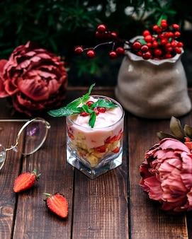 Postre de frutas con yogurt y arándanos