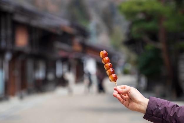 Postre japonés bolas de arroz en palos