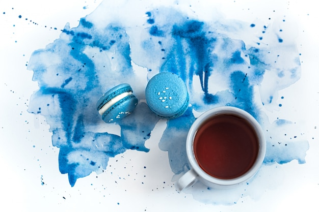 Postre macarrones en acuarela azul, elegante y creativo.