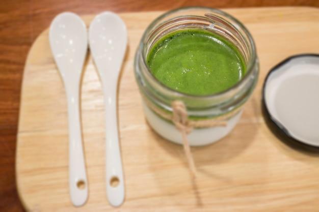 Postre de matcha mousse de té verde hecho en casa.