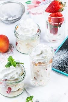 Postre con merengue y bayas