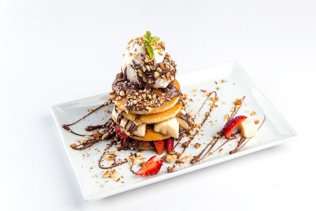 Postre de panqueques aislado con helado de chocolate