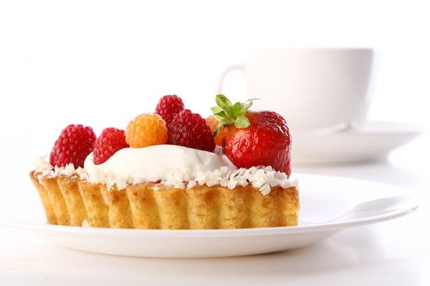 Postre pastel de frutas con café