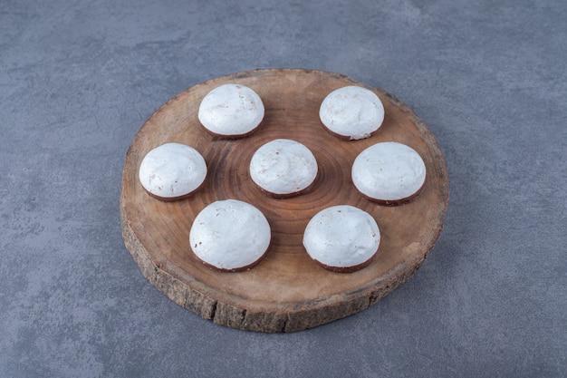 Postre de pastelería mini mousse a bordo sobre mesa de mármol.