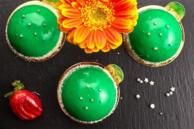 Postre redondo verde. pastel, sobre un fondo oscuro