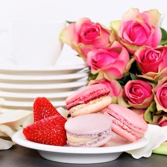 El postre de san valentín incluye macarrones, café y fresa.