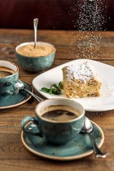 Postre servido con café