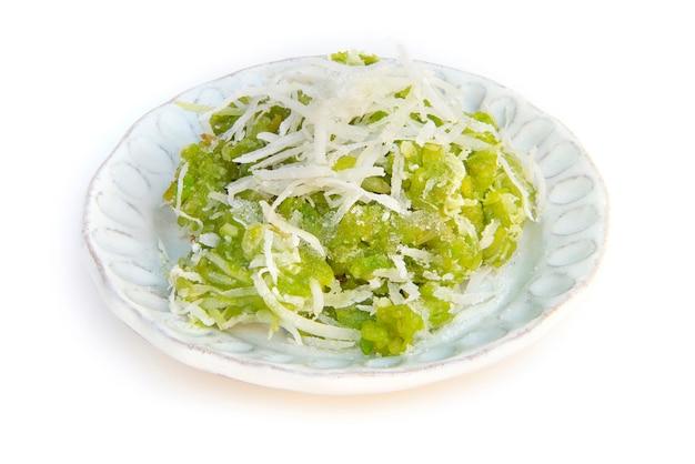 Postre tailandés con dulce de arroz dulce (etapa de masa) o arroz verde picado mezclado con coco y azúcar blanco vista lateral aislada