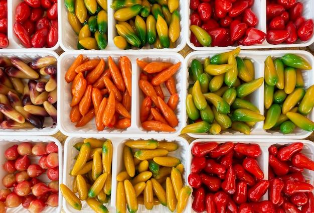 Postre tailandés dulce de deliciosas frutas de imitación o kanom look choop