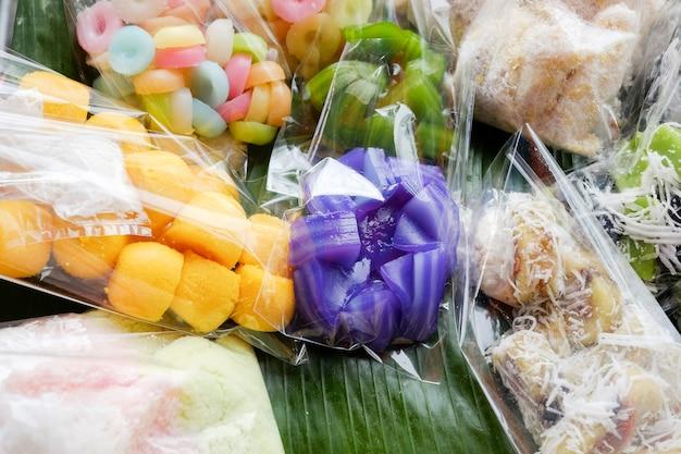 Postre tailandés - muchos tipos de postre tailandés en una bolsa de plástico en el mercado