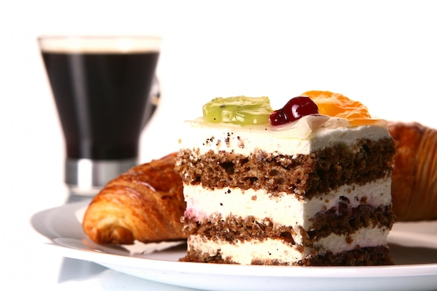 Postre tarta de frutas con café negro
