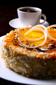 Postre tarta de queso con café negro
