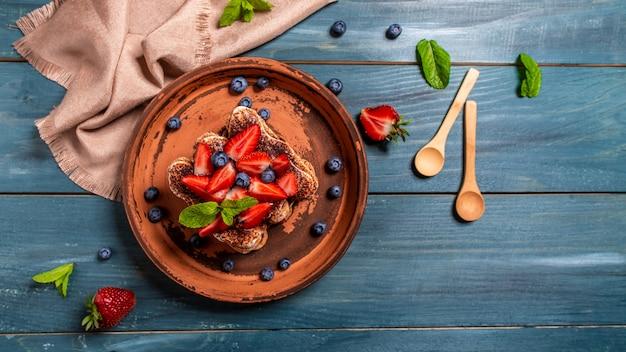 Postre de tiramisú con fresas. lugar de receta de menú de banner para texto, vista superior