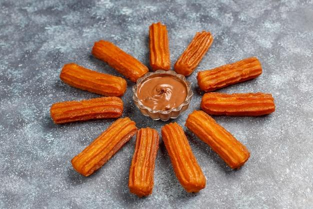 Postre tradicional mexicano churros con chocolate, vista superior