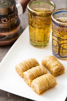 Postre turco baklava en mesa de madera