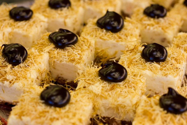 Postre turco con chocolate negro y crema blanca. torta en rodajas.