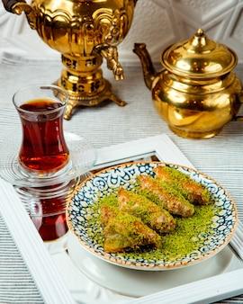 Postre turco en forma triangular con pistacho