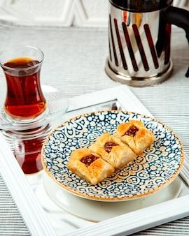 Postre turco con nuez y masa en capas