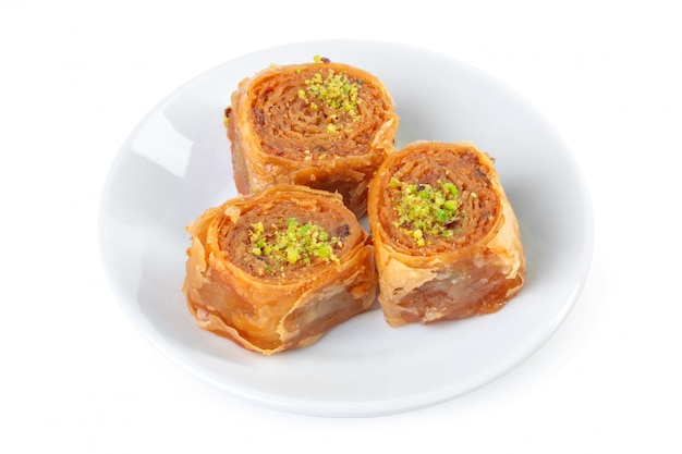 Postre turco ramadán baklava aislado en blanco