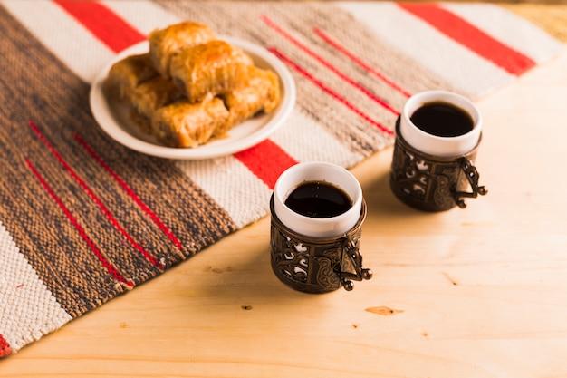 Postre turco con tazas de café