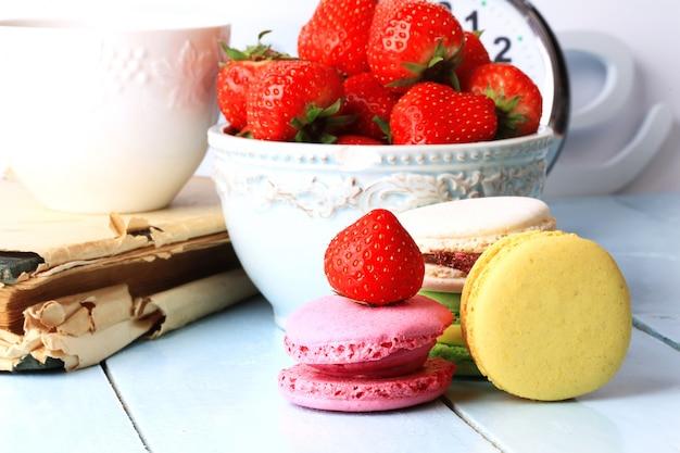 Postre de verano fresas y macarrones franceses