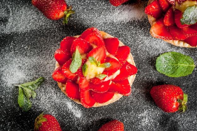 Postre de verano y primavera. tartas caseras de tartaletas con crema pastelera y fresas