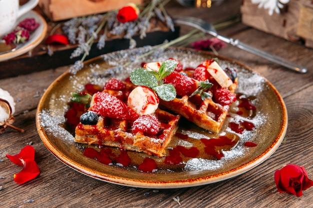 Postre waffles belgas con fresas y salsa