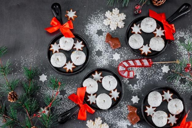 Postres dulces con galletas y galletas para las fiestas.