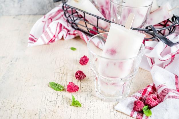 Postres dulces, paletas de helado orgánico casero de frambuesa y yogurt