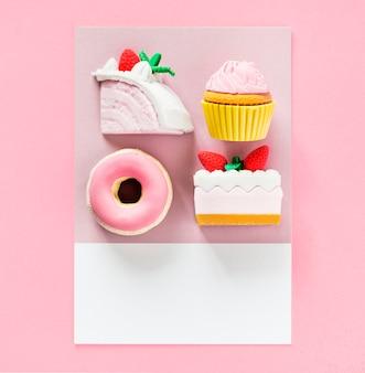 Postres dulces en una tarjeta colorida