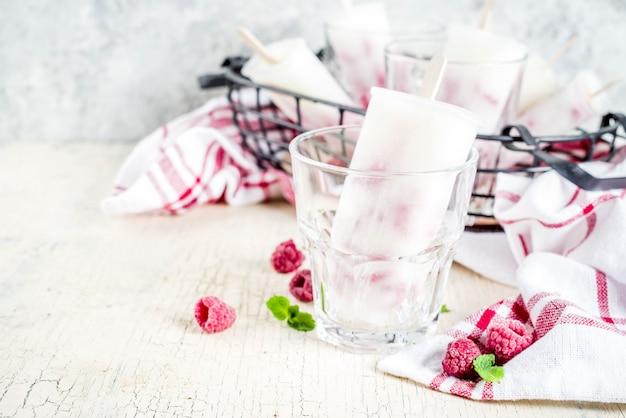 Postres dulces de verano paletas de helado orgánico casero de frambuesa y yogur
