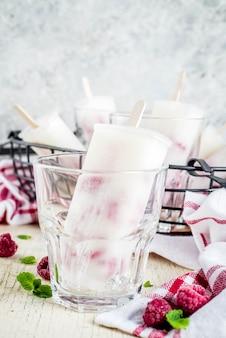 Postres dulces de verano, paletas de helado orgánico casero de frambuesa y yogurt