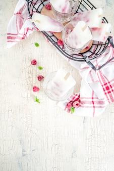 Postres dulces de verano, paletas de helado orgánico casero