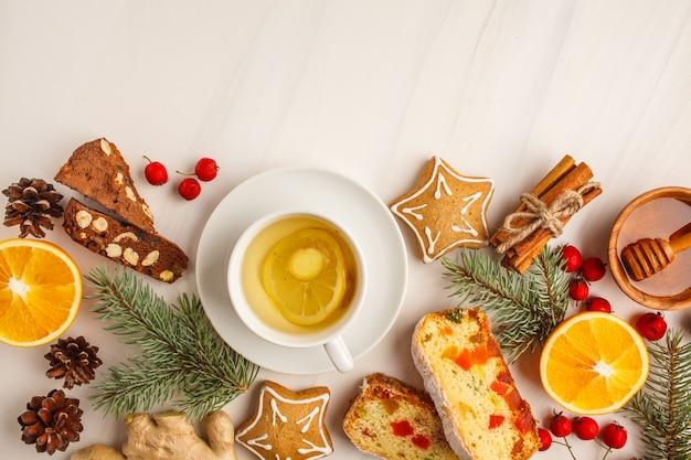 Postres de navidad de diferentes países (panforte, galletas y pan de navidad) sobre un fondo blanco.