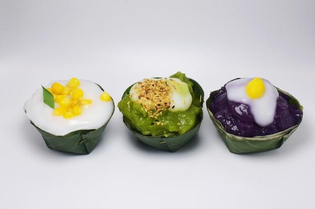 Postres tailandeses en blanco, comida de postres tailandeses