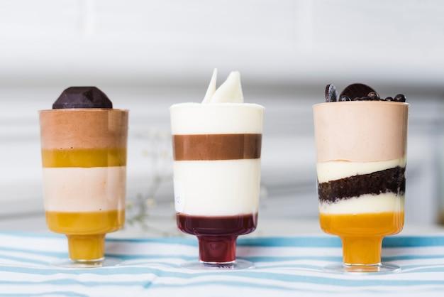 Postres de verano en copas con ingredientes de chocolate.