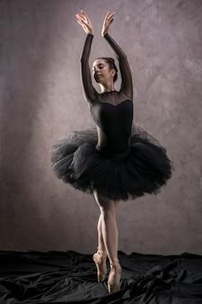 Postura de ballet de pie completo.