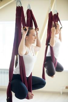 Postura del yoga del konasana de baddha en hamaca