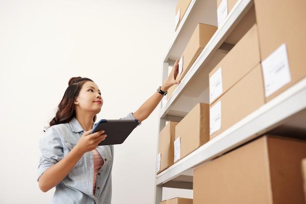 Postwoman en el almacén
