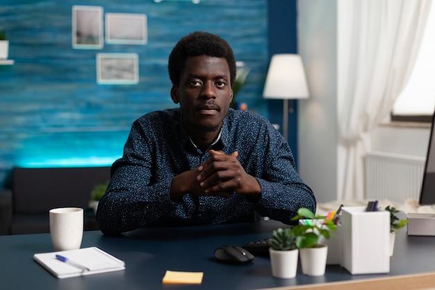 Pov de estudiante sentado en el escritorio en la sala de estar escuchando curso de negocios