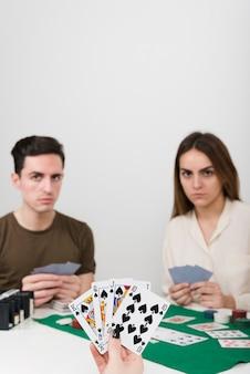 Pov jugando al poker con amigos