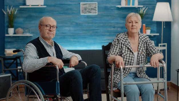 Pov de pareja senior con discapacidad mediante videollamada