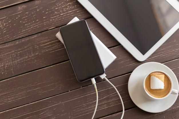 Powerbank cargando un teléfono inteligente