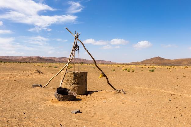 Pozo de agua en el desierto del sahara
