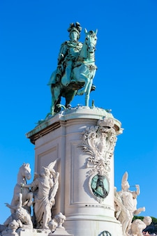 Praca do comercio y la estatua del rey josé i en lisboa, portugal.